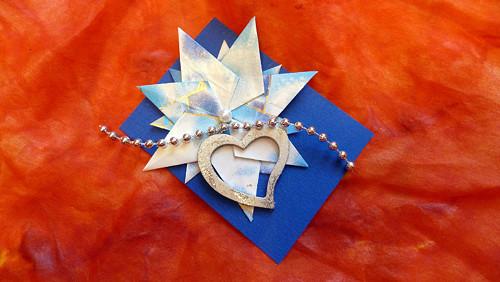 Kartička s modrobílým květem a srdíčkem