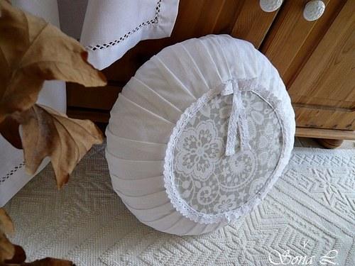Bílý povlak na kulatý polštář~vzor krajka na šedé