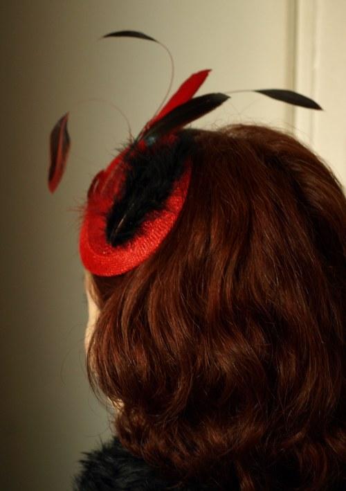 Péřový fascinátor s kloboučkem