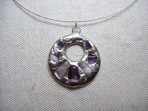 Kovový šperk s fialovými polodrahokamy