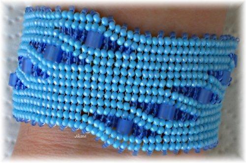 Modrý šitý náramek