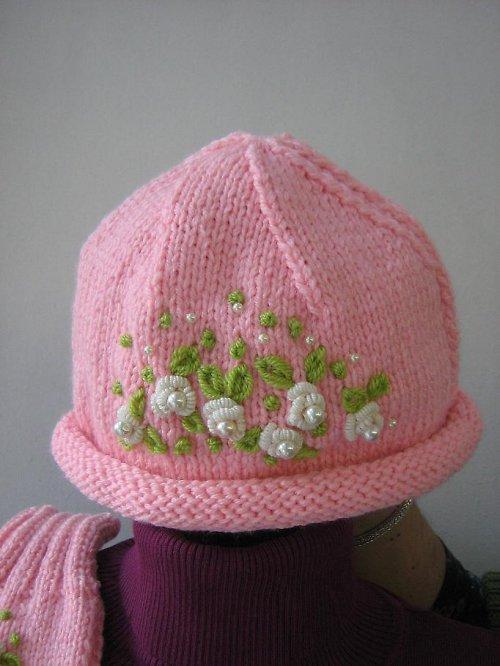Růžová, vyšívaná čepice