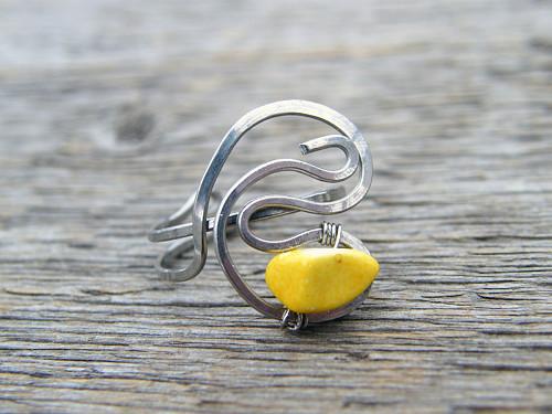 Prstýnek se žlutým kamínkem