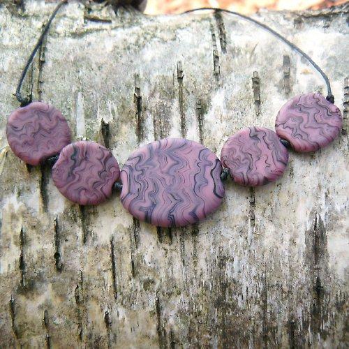 Růžovo - černé placky - matované - vinuté perle