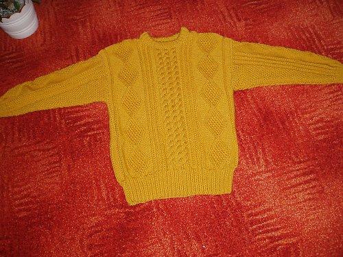 Zlatý svetr s copánky