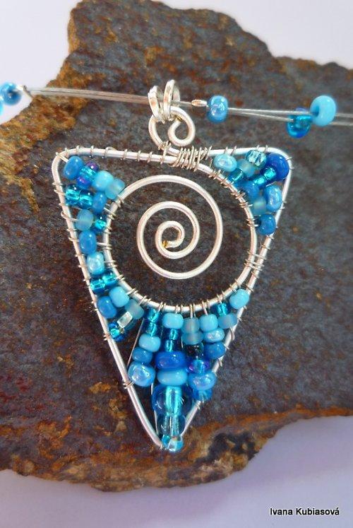 Světle modrý trojúhelník