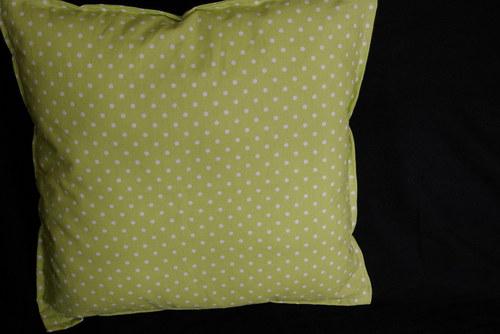 Hráškově zelený puntíkatý povlak 40x40