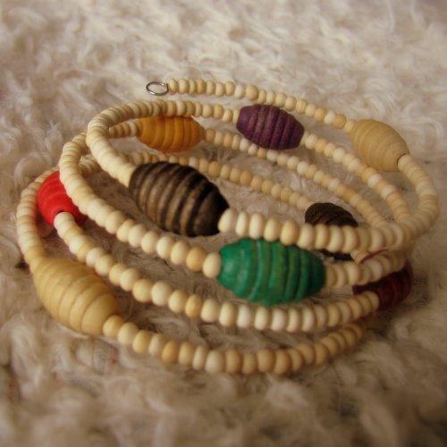 Náramek s barevnými dřevěnými korálky