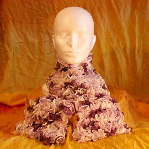 pletená šála - volánková fialovo bílá