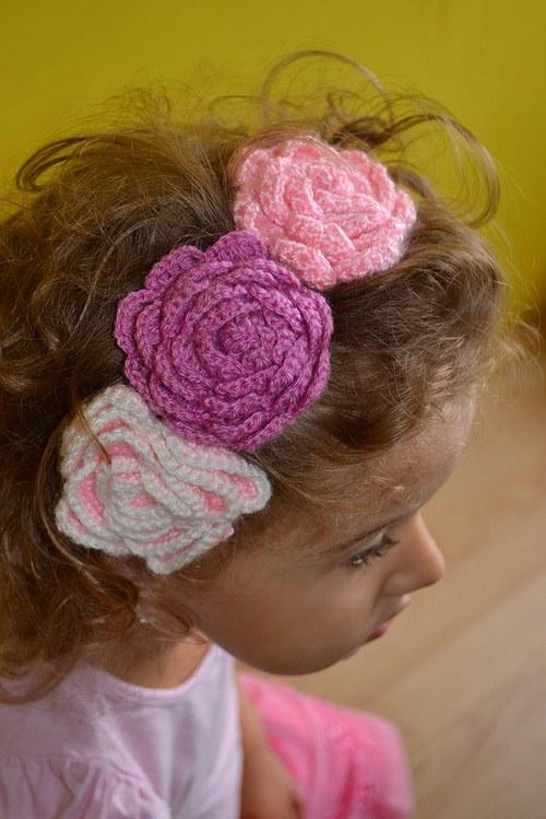 Háčkovaná čelenka s kytkami - bílá/růžová