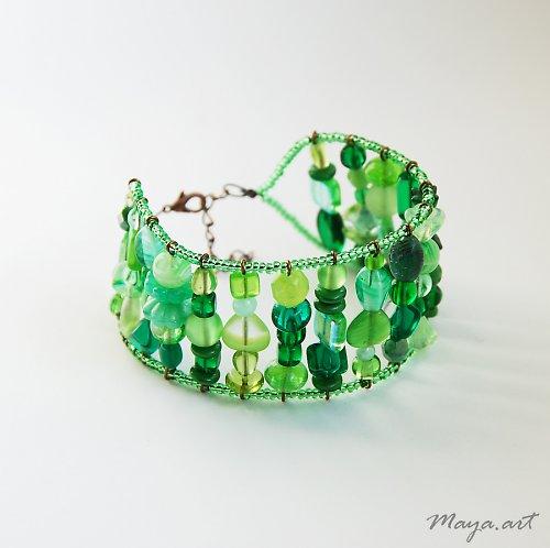 Zelený náramek z mačkaných korálků