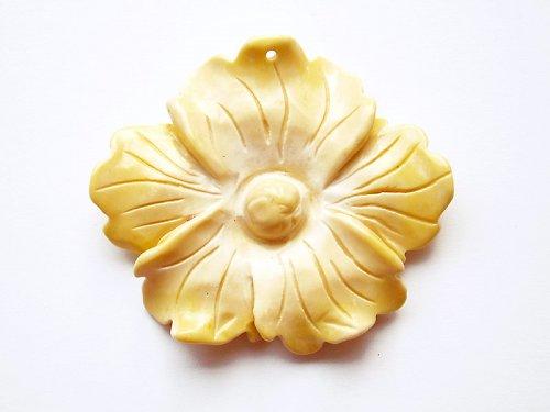 Žlutý zkamenělý květ