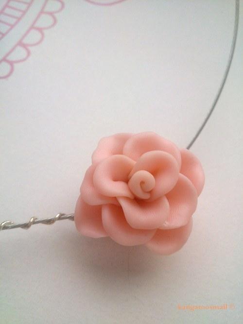 Růžička - náhrdelník z polymer. hmoty
