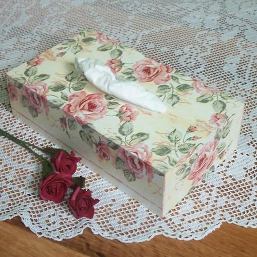 Krabička na kapesníky s růžemi
