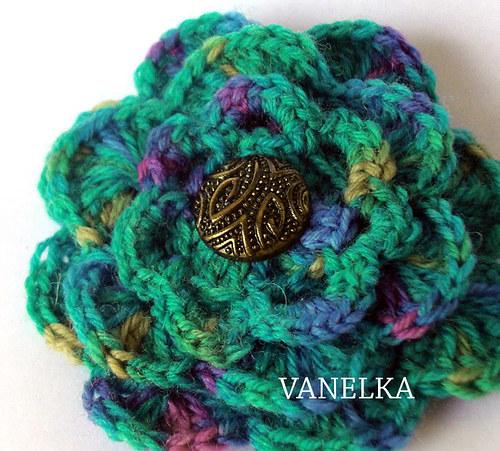 Turquoise-green flecked flower - háčkovaná brož