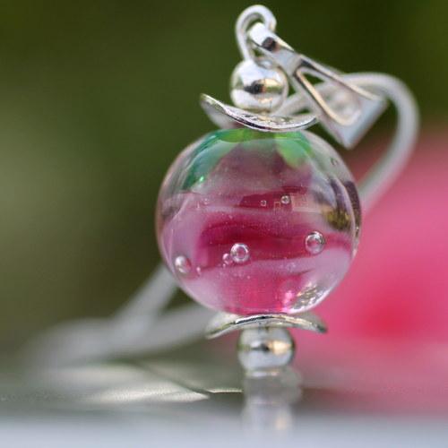 Růženka v perle schovaná...