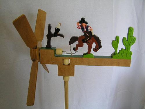 Dřevěný větrník s pohyblivou figurkou