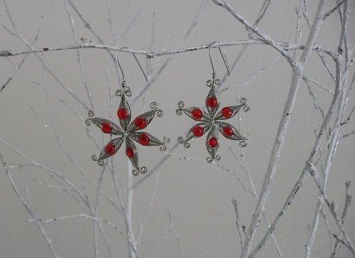 červené motané kytičky