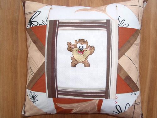 Polštářek s výšivkou ve stylu patchwork 2