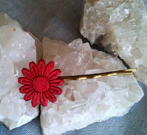 Saténová květinka do vlásků - tm. červená na zlaté