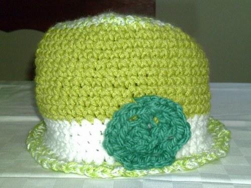 Háčkovaný klobouček s kytičkou