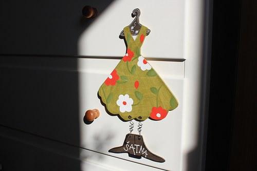 Dřevěná cedulka na dveře ŠATNA