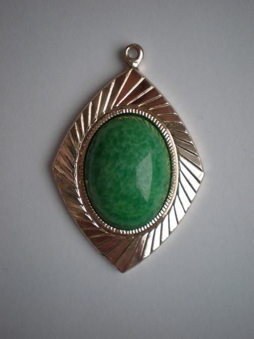 přívěsek se zeleným kamenem