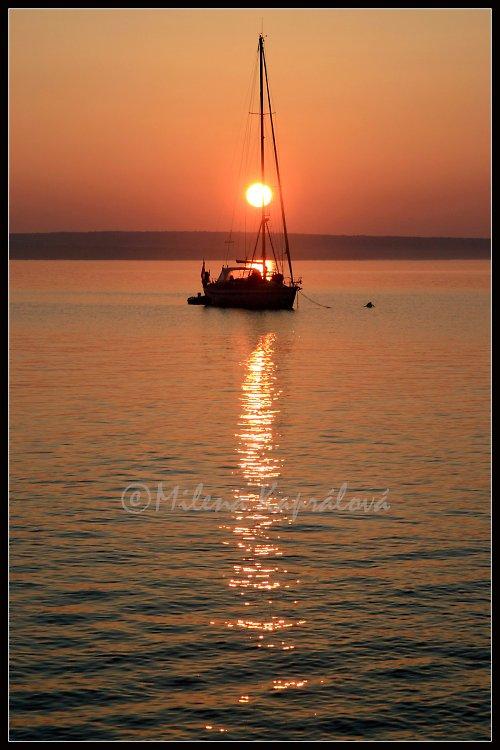 Západ slunce s plachetnicí