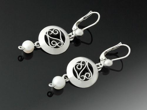 Filigránové náušnice s bílými perlami
