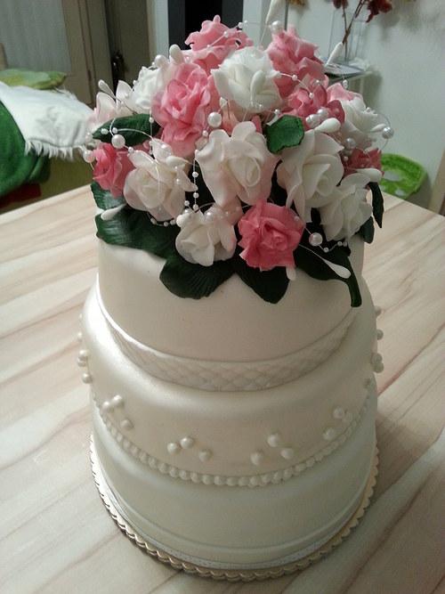 Velký svatební dort s kyticí