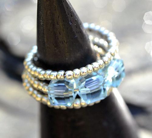 Prstýnek - modré korálky - pamětový drát