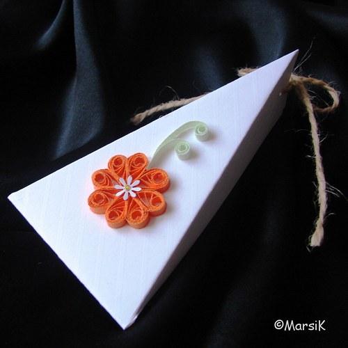 Bílá krabička s oranžovým květem