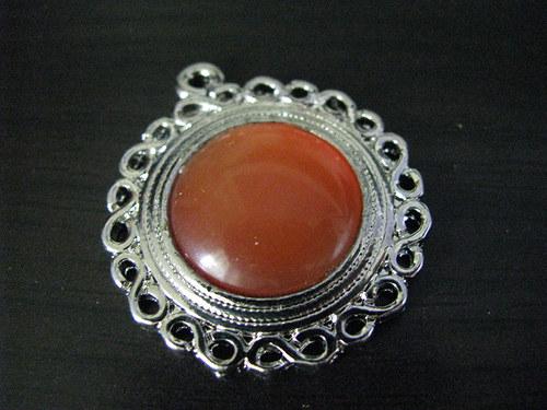 Lůžko s oranžovým kabošonem
