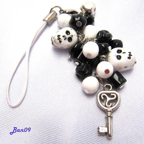 Černobílý cinkáček s lebkami, klíčem a rolničkou