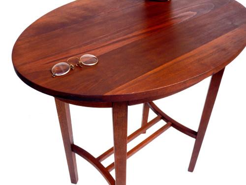 Oválný dřevěný stolek