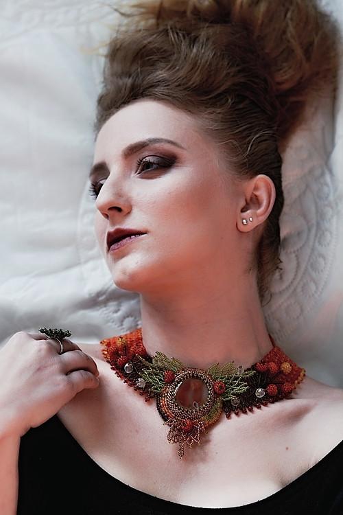 Podzimní loupežnice - šitý náhrdelník, karneol
