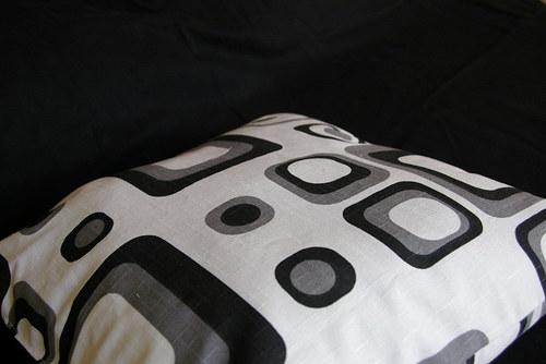 Černobílý polštář s náplní