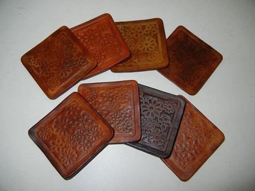 Kožené podtácky s vyraženým vzorem