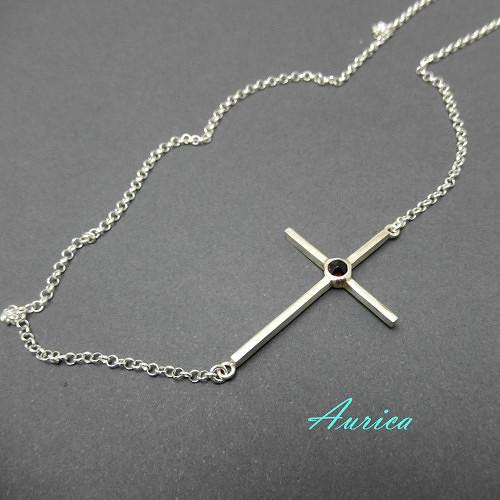 Stříbrný křížek s českým granátem