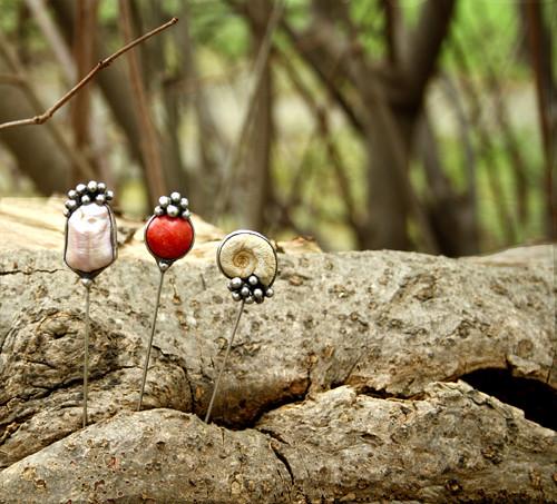 Brožový špendlík: s korálem, perlou a amonitem