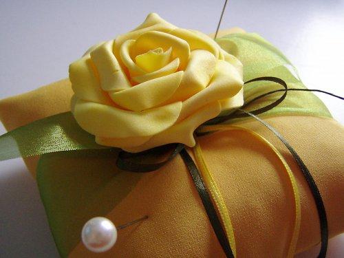 žlutý polštářek pod prstýnky