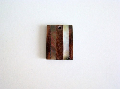 Přívěsek ze dřeva vykládaný perletí