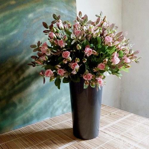 Aranžmá z umělých růží ve vysoké nádobě