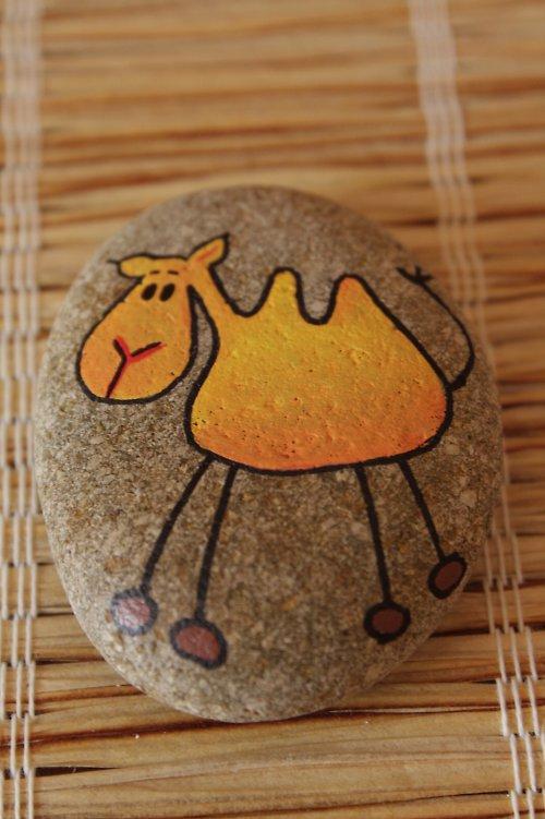 malovaný kámen - velbloud