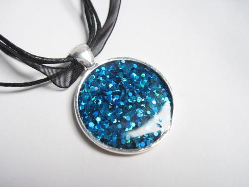 Modrý třpytivý náhrdelník