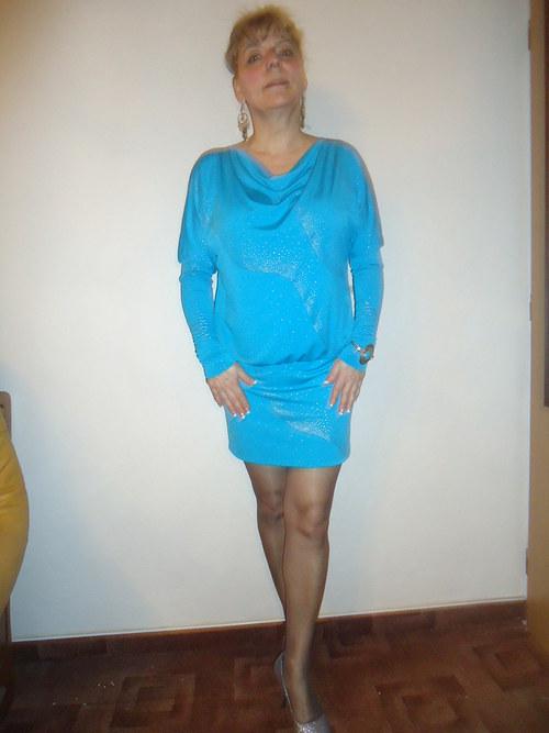 šaty s lesklým efektem