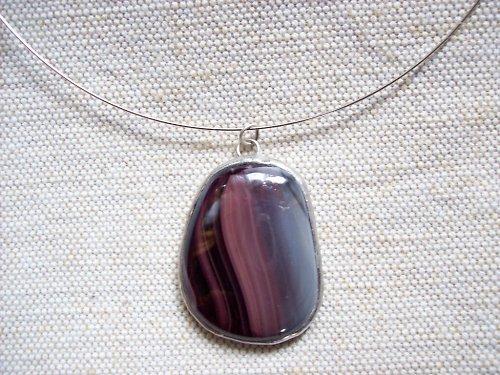 Skleněný šperk fialový žíhaný
