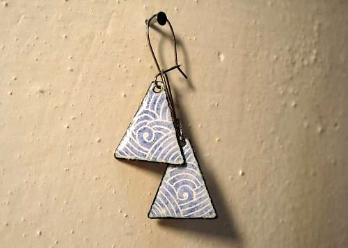 Smaltované náušnice modré trojúhelníky