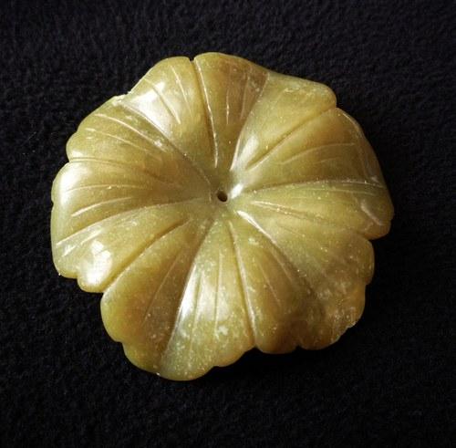 Vyřezávaná květina - jadeit