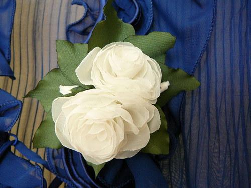 Brož s bílými růžemi.